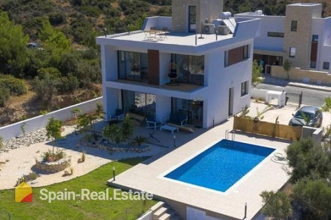 Foreign clients choose houses in Spain with a good view and service availability