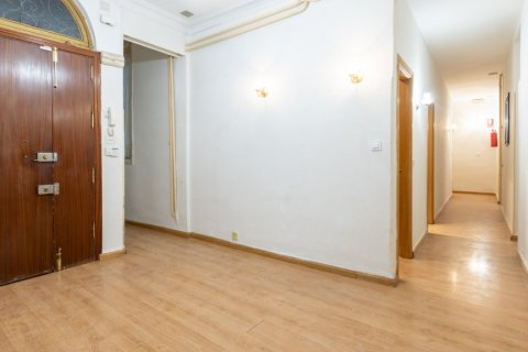 Apartment for sale in Madrid, Spain, 9 bedrooms, 215.00m2, No. 2500 – photo 28
