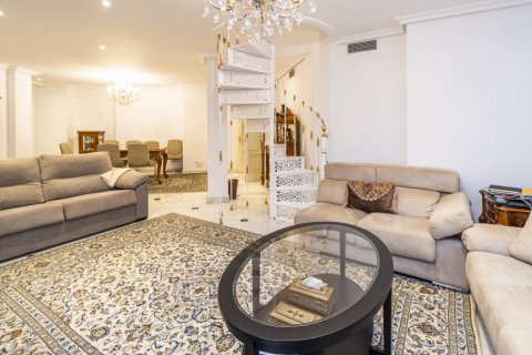 Duplex for sale in Madrid, Spain, 3 bedrooms, 152.00m2, No. 2445 – photo 2