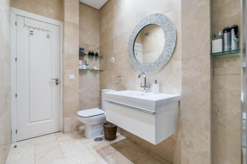 Apartment for sale in Madrid, Spain, 5 bedrooms, 236.00m2, No. 1569 – photo 12