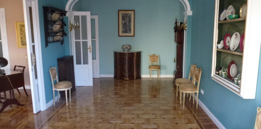 Apartment in Madrid, Spain 4 bedrooms, 270.00 sq.m. No. 1686